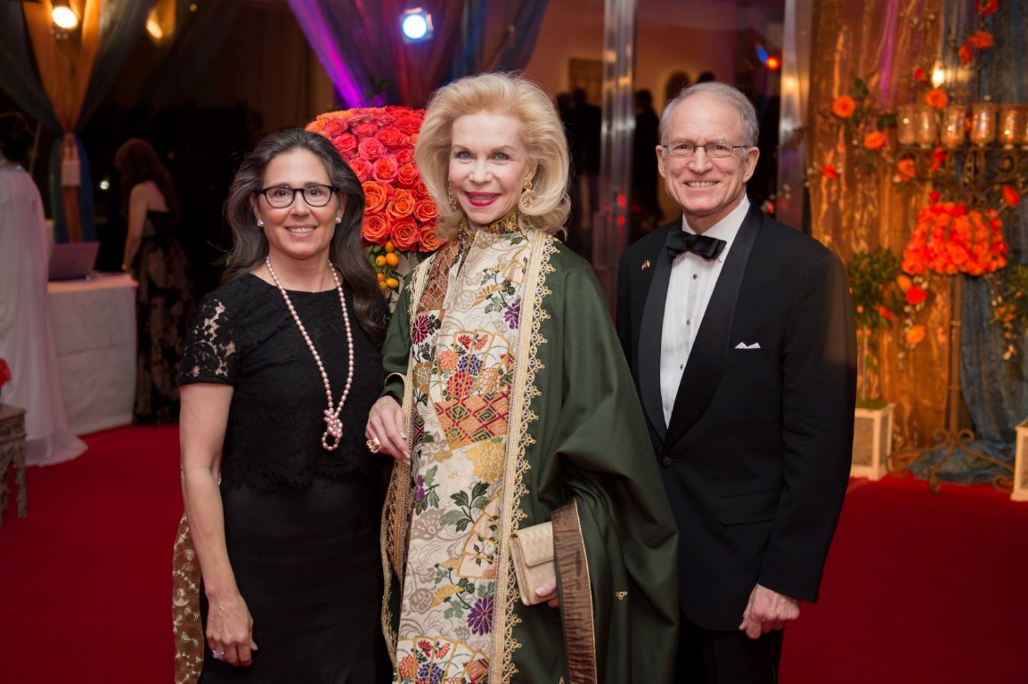 Lavish Gowns & Kaftans Bring Beautiful Hearts Together at the 2015 Arts of the Islamic World Gala